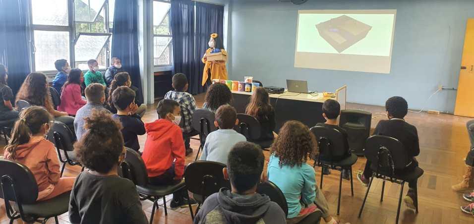 Professora e orientadora Maiara Bezerra, palestrando na Escola Estadual Érico Veríssimo