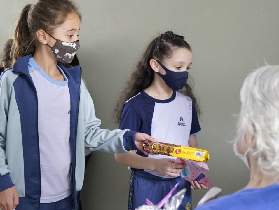 Crianças entregam presentes para idosos. [Foto: Paulo Ribeiro].