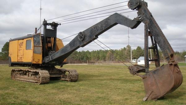 Escavadeira é máquina versátil empregada no meio rural e urbano