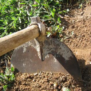 Enxada é encontrada em vários modelos e indispensável na agricultura