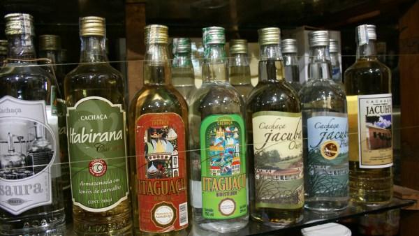 Cachaça é bebida típica do caldo da cana-de-açúcar fermentado