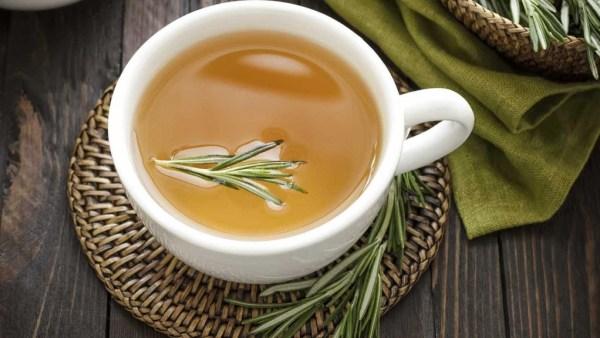 Chá de alecrim é bom para aliviar dores de cabeça e cansaço