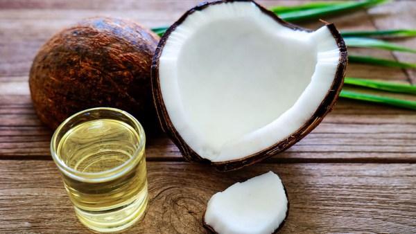 Óleo de coco é utilizado desde a culinária até procedimentos estéticos