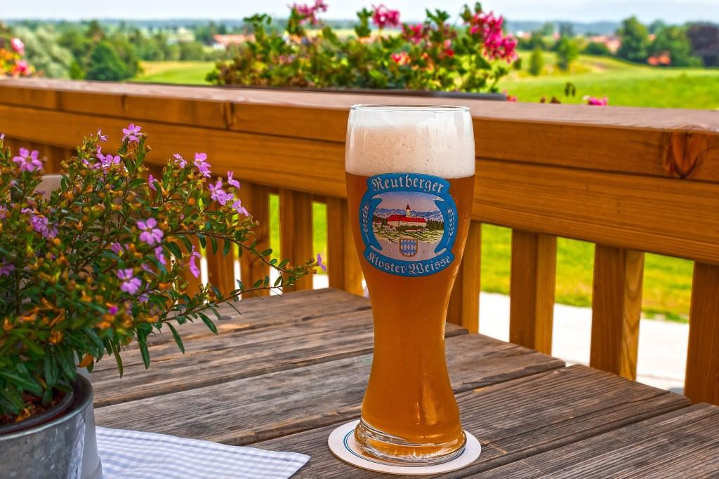 Cerveja de trigo servida em copo específico