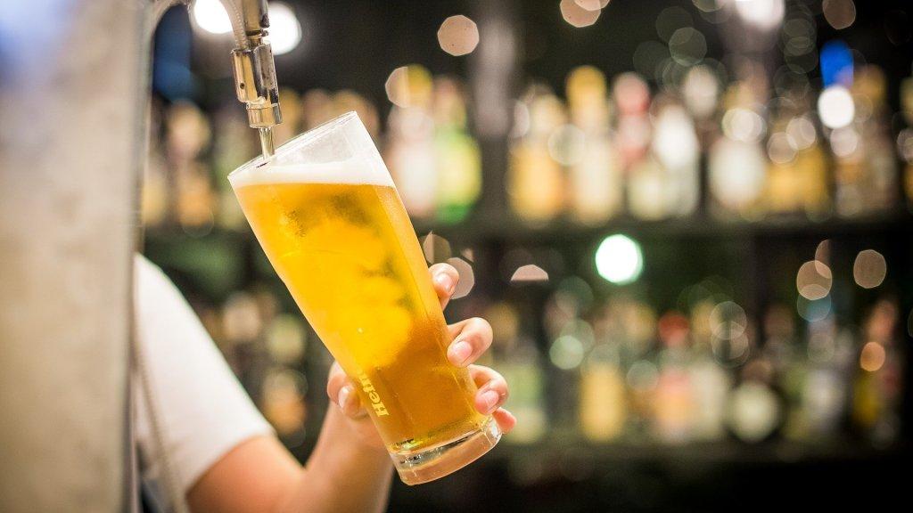 Cerveja lager sendo servida em copo específico