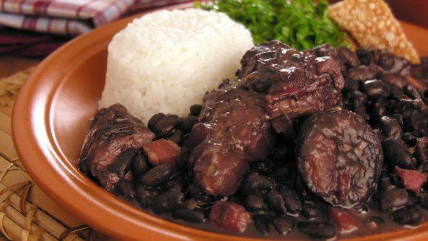 Feijoada é um dos maiores símbolos da culinária brasileira