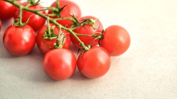 Tomate cereja é uma espécie menor, entre 3 e 10 cm de diâmetro