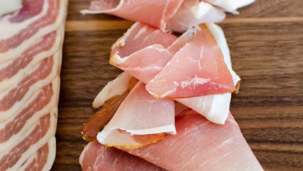 Pancetta é um tipo de carne de origem suína, curada e seca