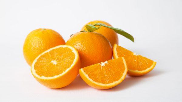 Óleo de laranja é extraído da fruta e traz benefícios para a saúde