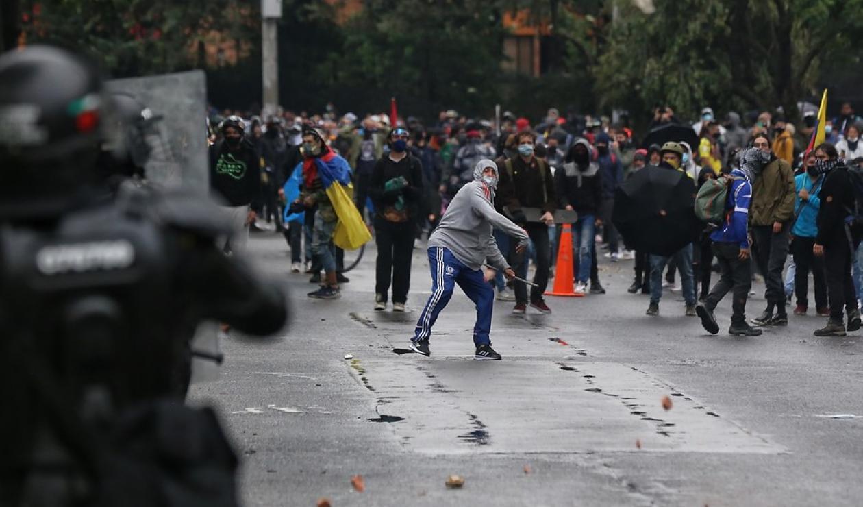 Según la constitución colombiana, la conmoción interior es un estado de emergencia que puede ser declarado por el presidente cuando existan. Conmocion Interior Todas Las Criticas Ante La Polemica Propuesta Antena 2