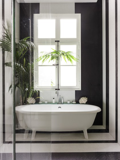 black white bathroom parisian pied-à-terre bathtub - decoration blog - Clem Around The Corner