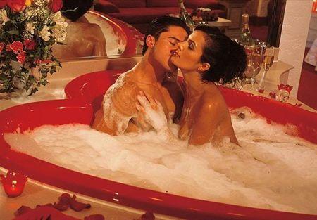استحمام الزوجين معا متعة وفائدة