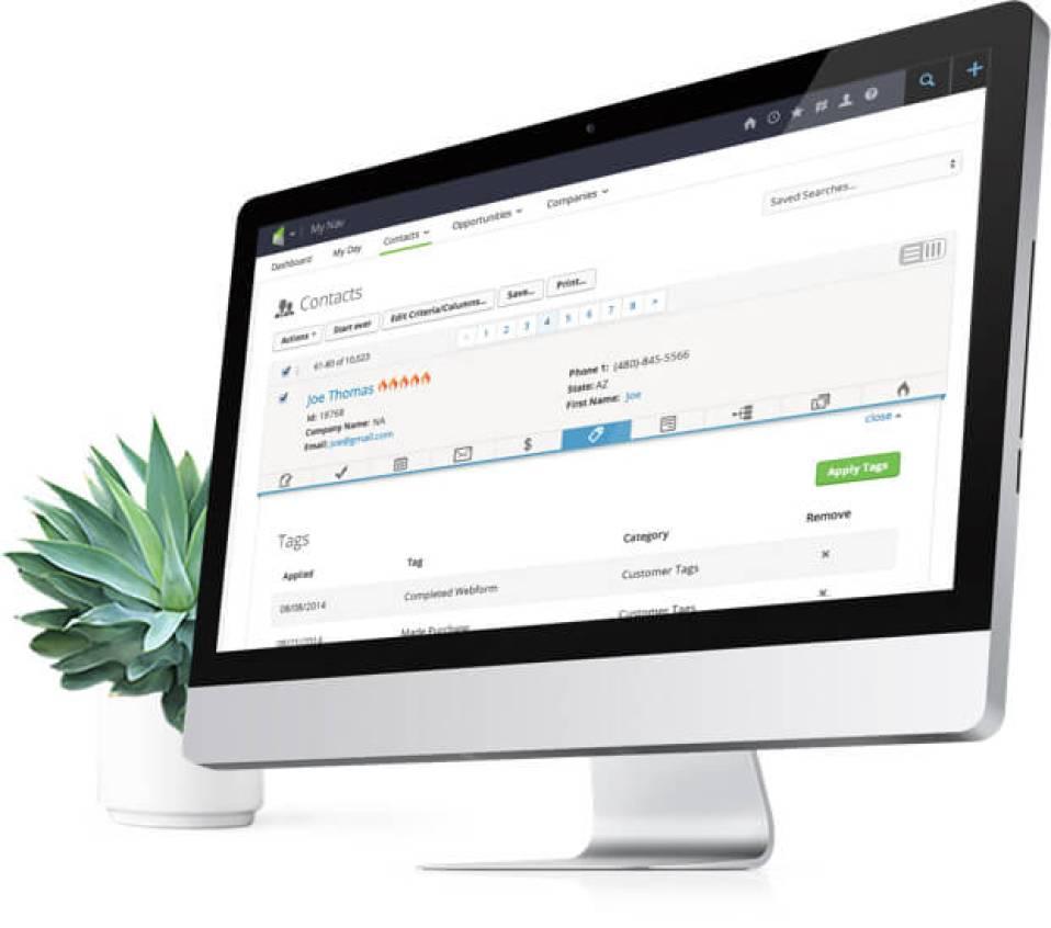 Computer desktop con applicazioni Infusionsoft e un impianto