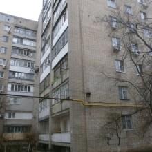 Увеличить - Объект №1952087-lotн Ленина Продаю по адресу пр.Ленина дом №99, 2 ком.изолированую квартиру, требующую косм.ремонта. В доме 1982 года постройки. Кирпичный дом в добротном состояние<br>Площадь: 43,7/27,3/6,3кв.м., плюс большой балкон площадью 6кв.м., на 7 этаже в 9 этажном кирпичном  доме, плюс тех.этаж, квартира уютная, тихий двор, есть парковочные места<br>В этом году поменял трубы отопление и водопровода, счетчики на газ и воду, год назад установили новый лифт, капитальный ремонт крыши и подвала дома. Делаеться ремонт в подъезде<br>Есть домофон. Установлены в этом году новые металлопласт, одно окно на кухне в квартире и на балконе, балкон утеплен, из сантехники новый установлен унитаз, остальная сантехника старая.<br>Полы паркетные старые, требуеться циклевать его. Золотое место на пр.Ленина, остановка