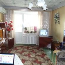 Увеличить - Объект №2194038-lotл Аксайская Продатся 3 комнатная квартира в г.Шахты Ростовской области в п.ХБК на 1 этаже 4 этажного кирпичного дома. Общая площадь 63,7 кв.м., комнаты изолированные, кухня 8,1 кв.м., высота потолков 2,55 метра, есть застеклнная лоджия и не застеклнный балкон, хорошая сплитсистема, кухонная плита электрическая, электроэнергия по 2,6 рубля, на всех окнах и на балконе с лоджией установлены рештки. В доме новые коммуникации, в сухом подвале большая кладовая куда можно ставить велосипеды и упаковку от бытовой техники, во дворе большая освещаемая парковка, дружные жильцы дома поддерживают порядок и сажают цветочки, под балконом маленький участок земли для любителей растений.  : ,
