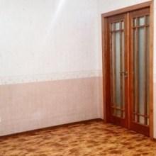 Увеличить - Объект №7741584-lotс ул. Вятская Уютная квартира площадью 50 кв.м + 14 кв.м застекленный балкон. Качественный и стильный ремонт! Ремонт высокого качества: в комнатах немецкий ламинат, на кухне и в холле немецкая напольная керамическая плитка, в ванне итальянская сантехника и облицовочная плитка, качественные металлопластиковые окна в комнатах и на балконе, межкомнатные двери из натурального бука, немецкая фурнитура, 2 сплит-системы, входные двери двойные, идеально ровные стены штукатуркой по маякам. Комнаты изолированные. В ванной установлен итальянский бойлер. Застекленный угловой балкон площадью 14 кв.м. Собственная кладовая рядом с квартирой, 2 лифта: пассажирский и грузовой Мусоропровод на этаже Окна на юго-запад.Есть домофон.Развитая инфраструктура. В 1 минуте: детская площадка, супермаркет