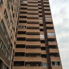Увеличить - Объект №4932165-lotз ул. 2-я Баррикадная В продаже уютная, просторная однокомнатная квартира в новом доме в престижном ЖД районе города. Квартира без отделки после строительства. Дом сдан и заселён, в подъезде чисто и красиво. Комната 22 кв.м, можно разделить на 2 зоны. Имеются балкон и лоджия. Высокий этаж обеспечивает чистый воздух, отсутствие насекомых и прекрасный вид на город, ориентация окон - юг. В непосредственной близости престижный 14 экономический лицей, детские сады, стадион