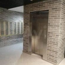 Увеличить - Объект №11124394-lotп ул. Красноармейская Полноценная однокомнатная квартира общей площадью 50 кв.м. Жилая комната 14 кв.м, кухня 12 кв.м, просторная лоджия в 7,5 кв.м, раздельный сан/узел с просторной ванной комнатой. Выделена ниша под небольшую гардеробную или под просторный шкаф-купе в коридоре. Квартира без возведения стен, для свободной перепланировки.Квартира расположена на 15 этаже, с видом на ул. М.Горького и отчасти на Дон.Квартира продается по переуступке, оформлена на юр лицо.Агентствам просьба не беспокоить.Цена 4 000 000 р.Объект готов. Документальная сдача дома - 3 кв 2021 года. Передача ключей сентябрь 2021: ,