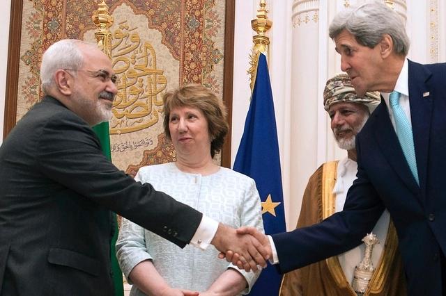 Die breite Front von Neinsagern bringt eine Einigung im Atomstreit in Gefahr: US-Aussenminister John Kerry (rechts) begrüsst den iranischen Aussenminister Javad Zarif zu Beginn der Verhandlungen in Muscat. Dahinter EU-Aussenbeauftragte Catherine Ashton sowie der omanische Aussenminster Yussef bin Alawi. (9. November 2014)