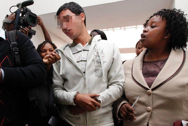 In seinem Fall wird ein Asylwiderruf geprüft: Der 19-jährige Jordanier und seine Anwältin auf dem Weg ins Gericht in Kenia. (6. Juni 2012)