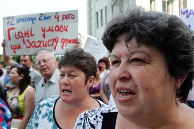 «Wir geben unsere Kinder nicht her»: Mütter und Ehefrauen fordern in Kiew Unterstützung für die ukrainischen Soldaten. (16. Juli 2014)