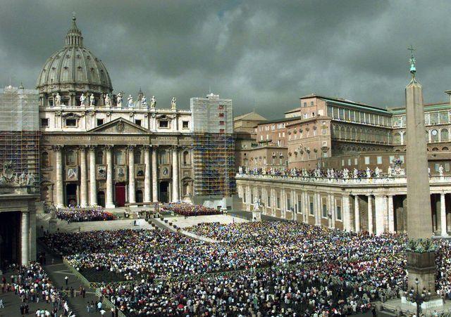 Die dunklen Wolken haben sich noch nicht verzogen: Der Petersdom im Vatikan. (Archivbild)
