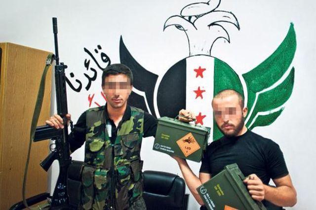 Aus dem bundeseigenen Rüstungsbetrieb Ruag: Syrische Rebellen halten Schweizer Handgranaten. (Bild: SonntagsZeitung)