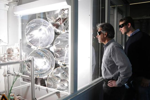 Mit Tests zum Erfolg: Doktorand Philipp Furler und Professor Aldo Steinfeld im Labor.