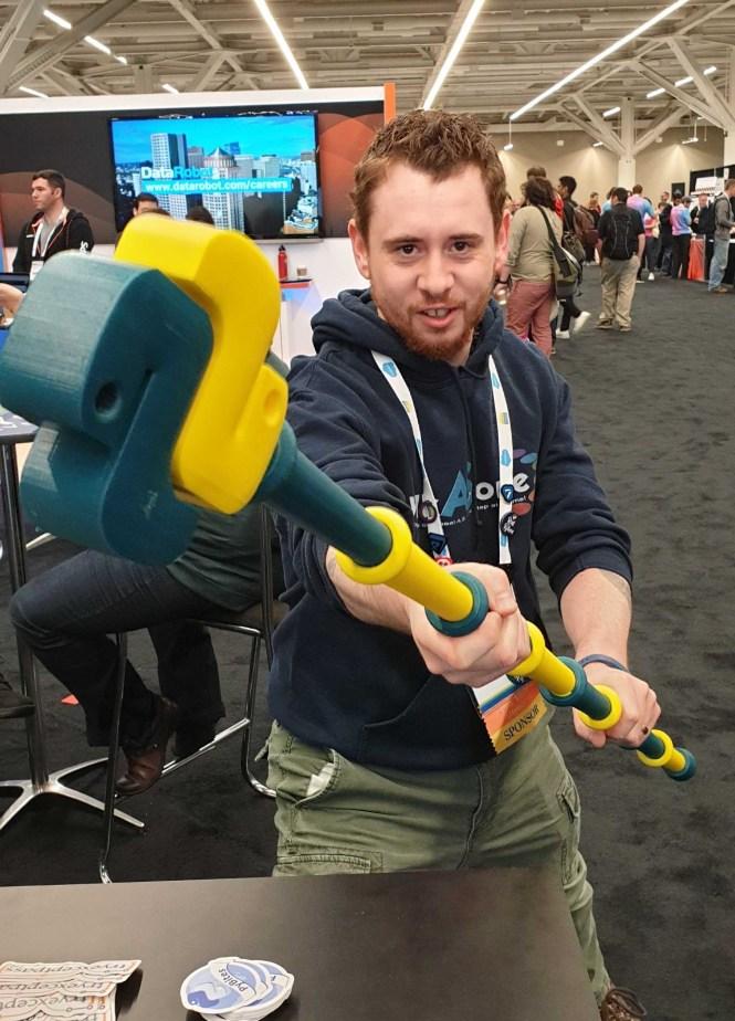 Ricky White tenant un bâton sur le thème Python
