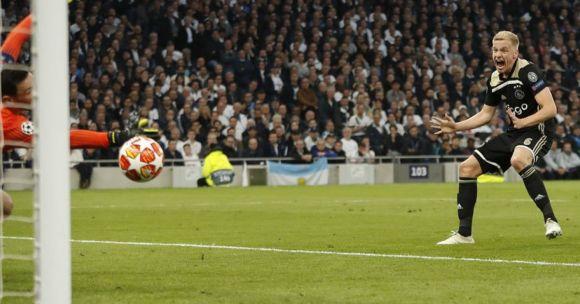 Van de Beek esulta dopo aver segnato a LLoris il gol del vantaggio a Wembley