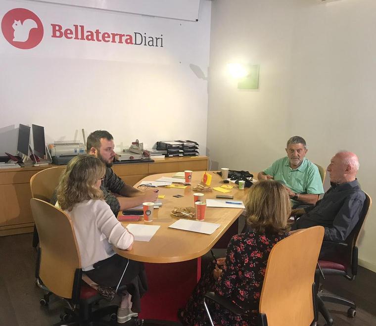 Els socis-subscriptors debaten les diferents propostes per la redacció del BellaterraDiari