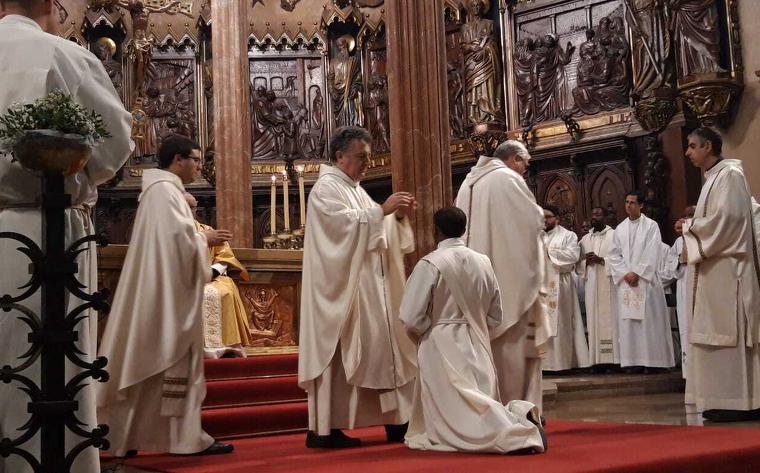 Moment de l'ordenació del nou mossèn