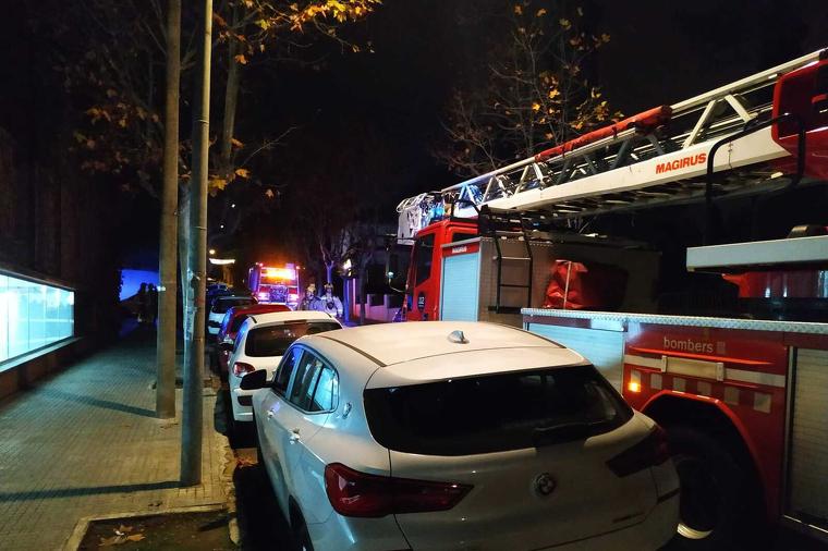 Van acudir dues dotacions de bombers, a més de policies i una ambulància