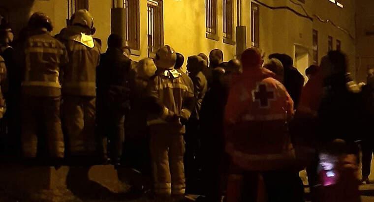 Bombers i veïns s'han concentrat davant el bloc
