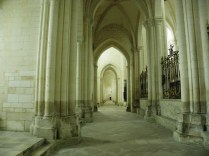 PONTIGNY: krużganek prezbiterium / in the ambulatory