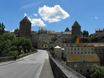 SEMUR-EN-AUXOIS: Złota Wieża z wjazdu do miasta / Golden Tower from the bridge