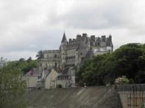 AMBOISE: zamek z bulwaru nad Loarą / chateau seen from the Loire enbankment
