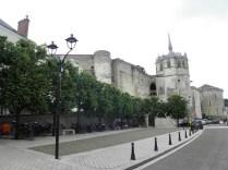AMBOISE: wejście na zamek królewski / stairs to the chateau