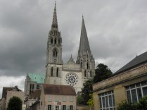 CHARTRES: WIDOK OD PARKINGU NA KATEDRĘ / VIEW FROM THE SIDE OF PARKING SITE TOWARDS THE CATHEDRAL