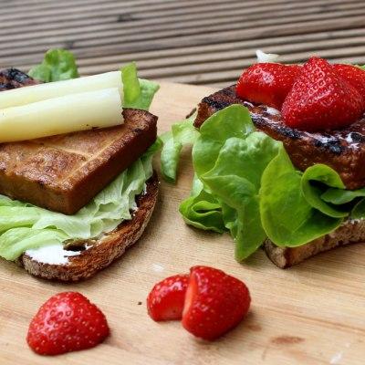 Geröstetes Brot mit Tofu, Spargel und Erdbeeren