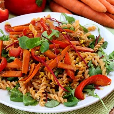 Kichererbsennudelsalat mit warmen Gemüse und Mangotofu