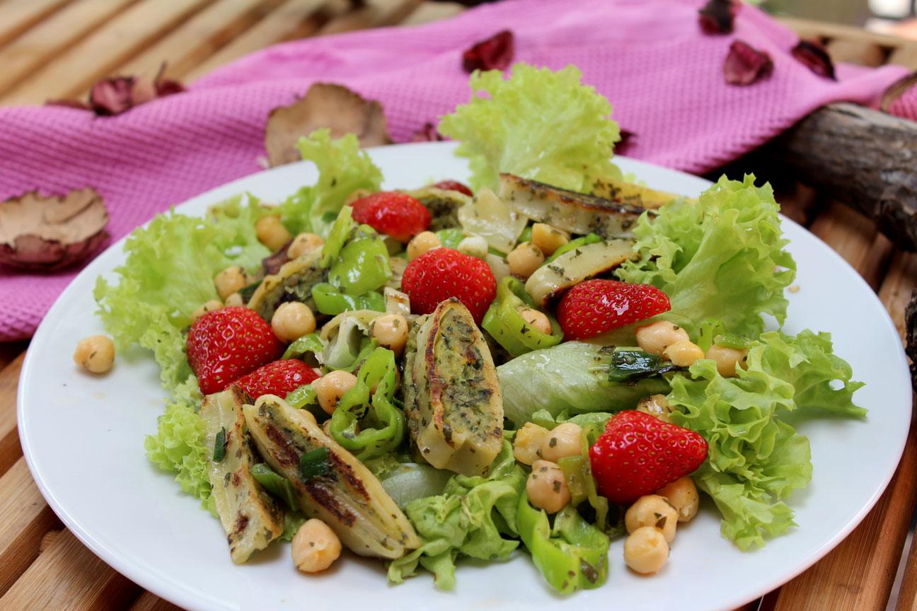 Salat mit veganen Maultaschen