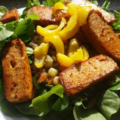 Mediteraner Tofu mit Erbsen, Karotten, Kartoffeln auf einem Salatbett