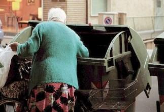 cibo anziana cassonetti