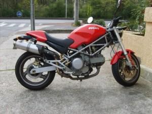 monstro 620 n ducati moto fille au guidon