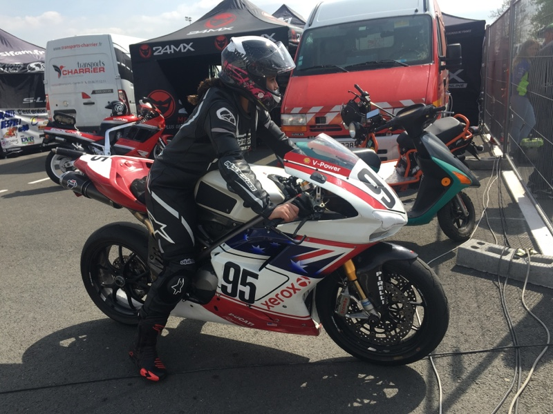 Fille au guidon soutient les pilotes moto femmes
