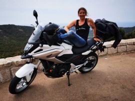 Sur les routes de la Corse du Sud, road trip moto fille au guidon