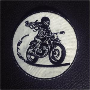 Le grand écusson à coudre Fille Au Guidon permet de décorer son cuir de motarde