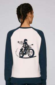 L'illustration du sweat vintage fille au guidon est une motarde bleue