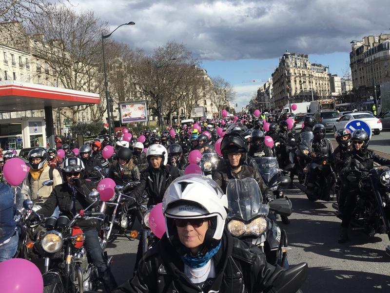 Le défilé Toutes en Moto rassemble plus de 2000 motardes chaque année à Paris